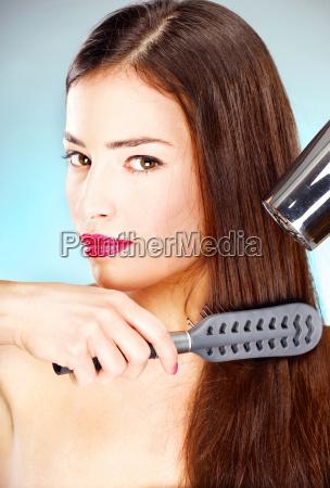 mujer con el pelo largo la