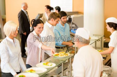 mujer de oficina en cocina comedor
