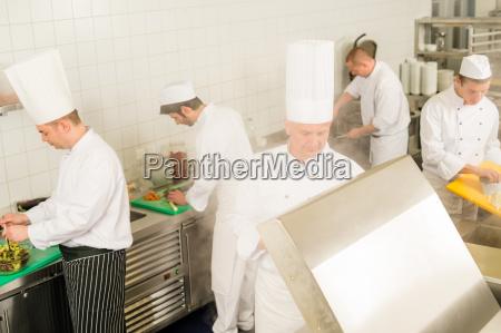 cocina profesional equipo ocupado cocineros y