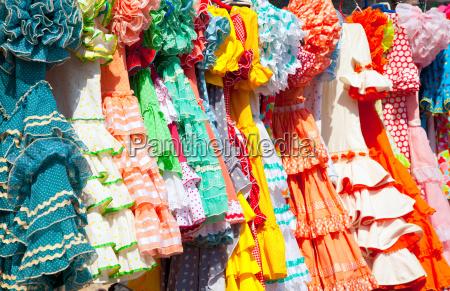 coloridos vestidos de gitanas en estante