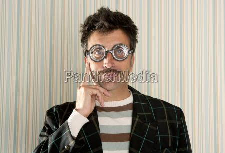 loco nerd hombre miope pensamiento divertido