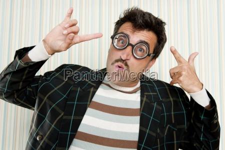 nerd tonto loco gafas miopes hombre