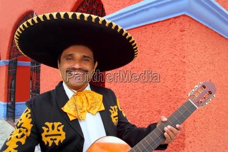 mariachi de charro que toca la