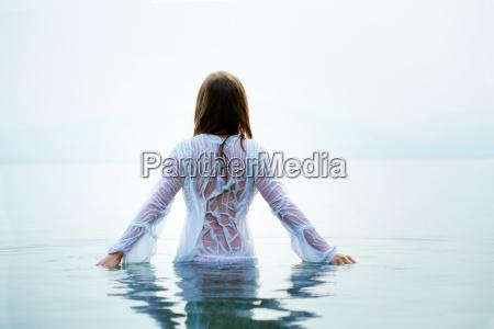 mujer en agua