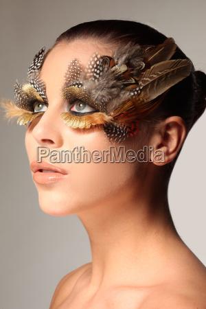 maquillaje decorativo de plumas como el