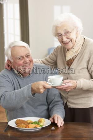 pares mayores que disfrutan la comida