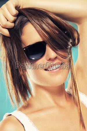 mujer joven con gafas de sol