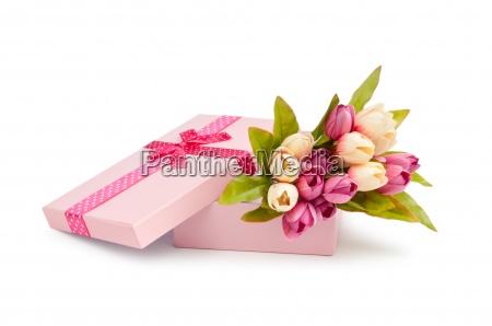 caja de regalo y los tulipanes
