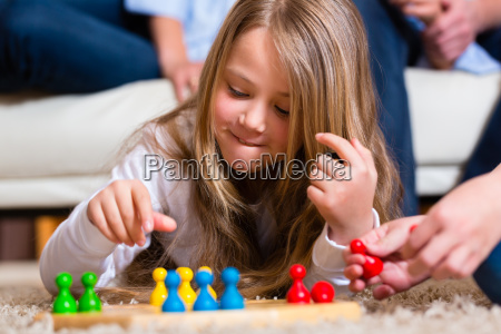 jugando parchis familia