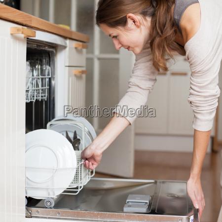 las tareas del hogar mujer joven