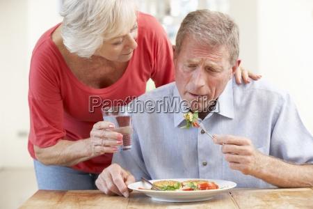 mujer vidrio vaso comida en casa