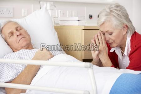 mujer mayor con marido gravemente enfermo