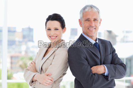 mujer oficina risilla sonrisas carrera mano