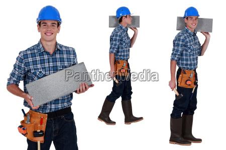 trabajador que lleva el bloque brisa