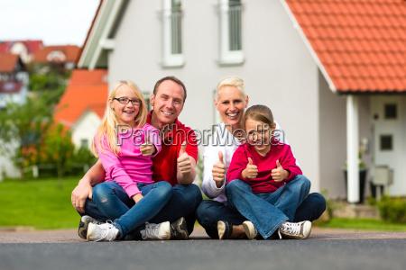 la familia se sienta frente a