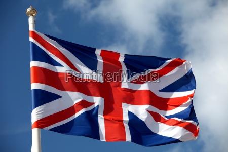 bandera britanica ondeando en el viento