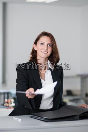 mujer oficina contrato negocios trabajo mano