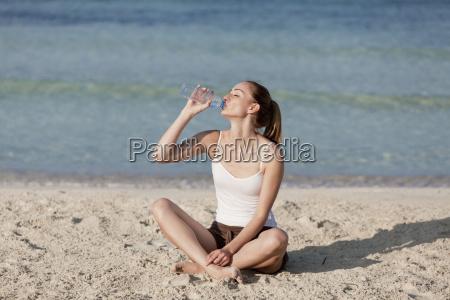 mujer de agua potable de una
