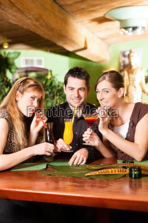 mujer restaurante taberna beber bebida oso