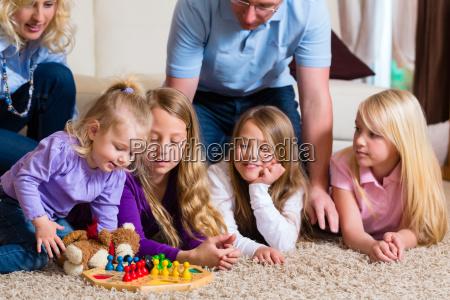 la familia juega el hombre no