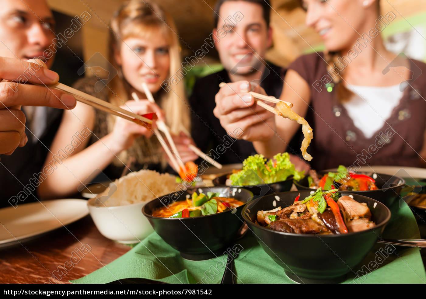 los, jóvenes, comiendo, en, un, restaurante - 7981542
