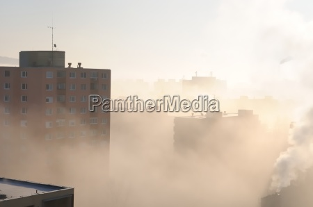 zona residencial en la niebla y