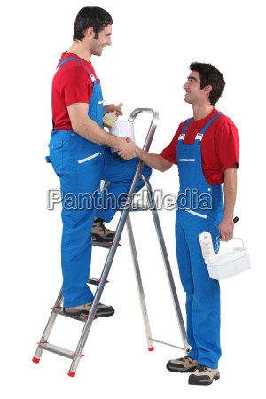 dos decoradores a punto de pintar