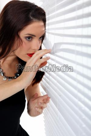 mujer mirando a traves de las