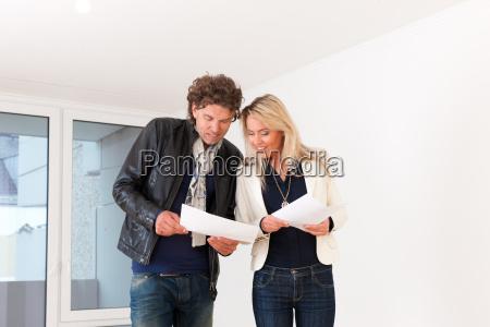 joven pareja visitando un apartamento