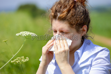 mujer con una gripe o una