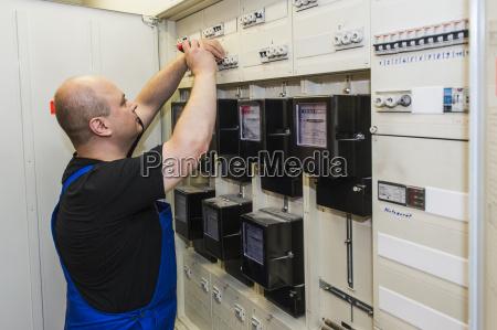 electricista en el gabinete de control