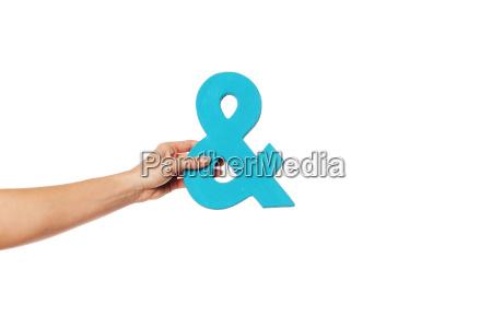 mano sosteniendo una ampersand desde la