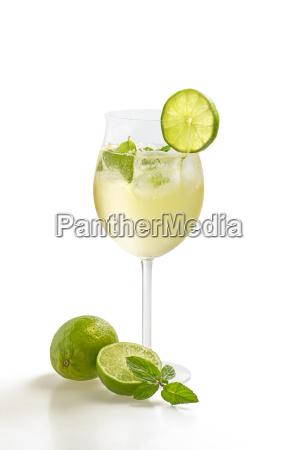 aperitivo con limon y menta en