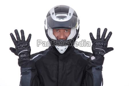 motociclista negro que llevaba chaqueta guantes