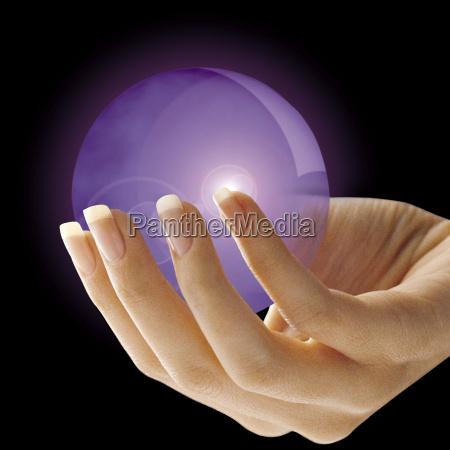bola de cristal en mano