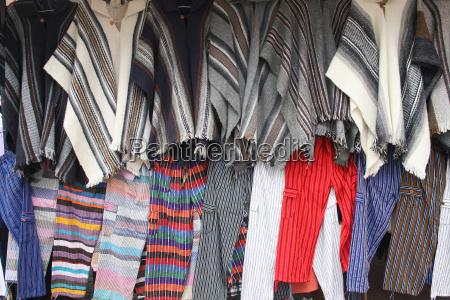 filas de ponchos y pantalones