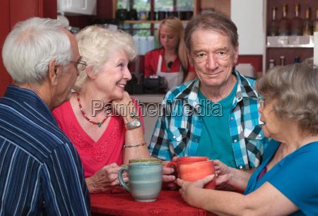 adultos mayores en conversacion