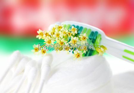 cepillo de dientes con diminutas flores