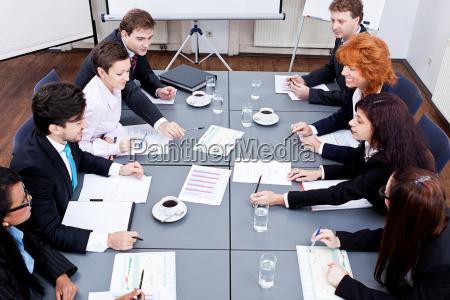 hombres de negocios en una mesa
