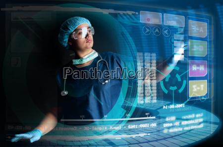 doctor con pantallas
