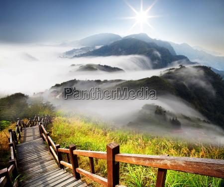 nubes dramaticas con la montanya