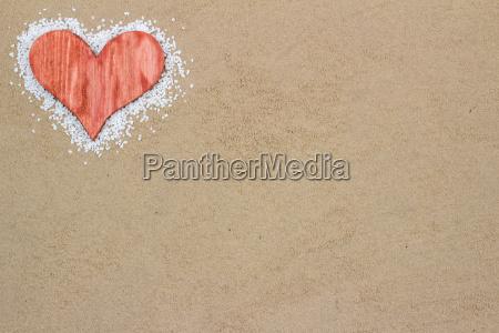 corazon rojo en la arena