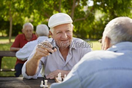 activos mayores jubilados dos ancianos jugando