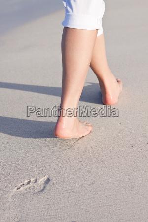 caminar descalzo en la arena en
