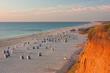 playa con sillas de playa en