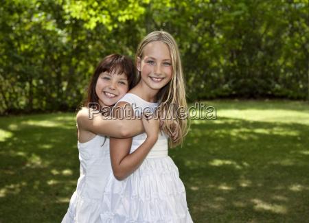 cerrar risilla sonrisas amistad femenino verde