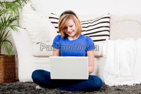 tennager chica riendo en el ordenador