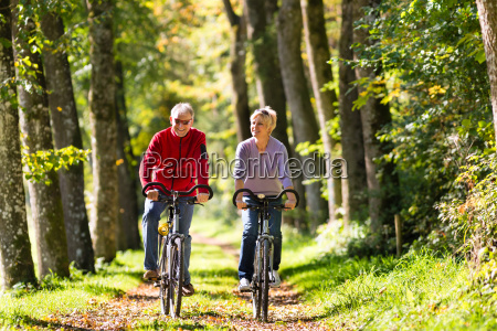seniorer dyrke sport med cykel