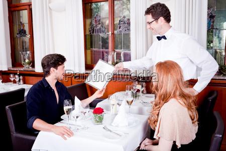 mujer y marido cenando en el