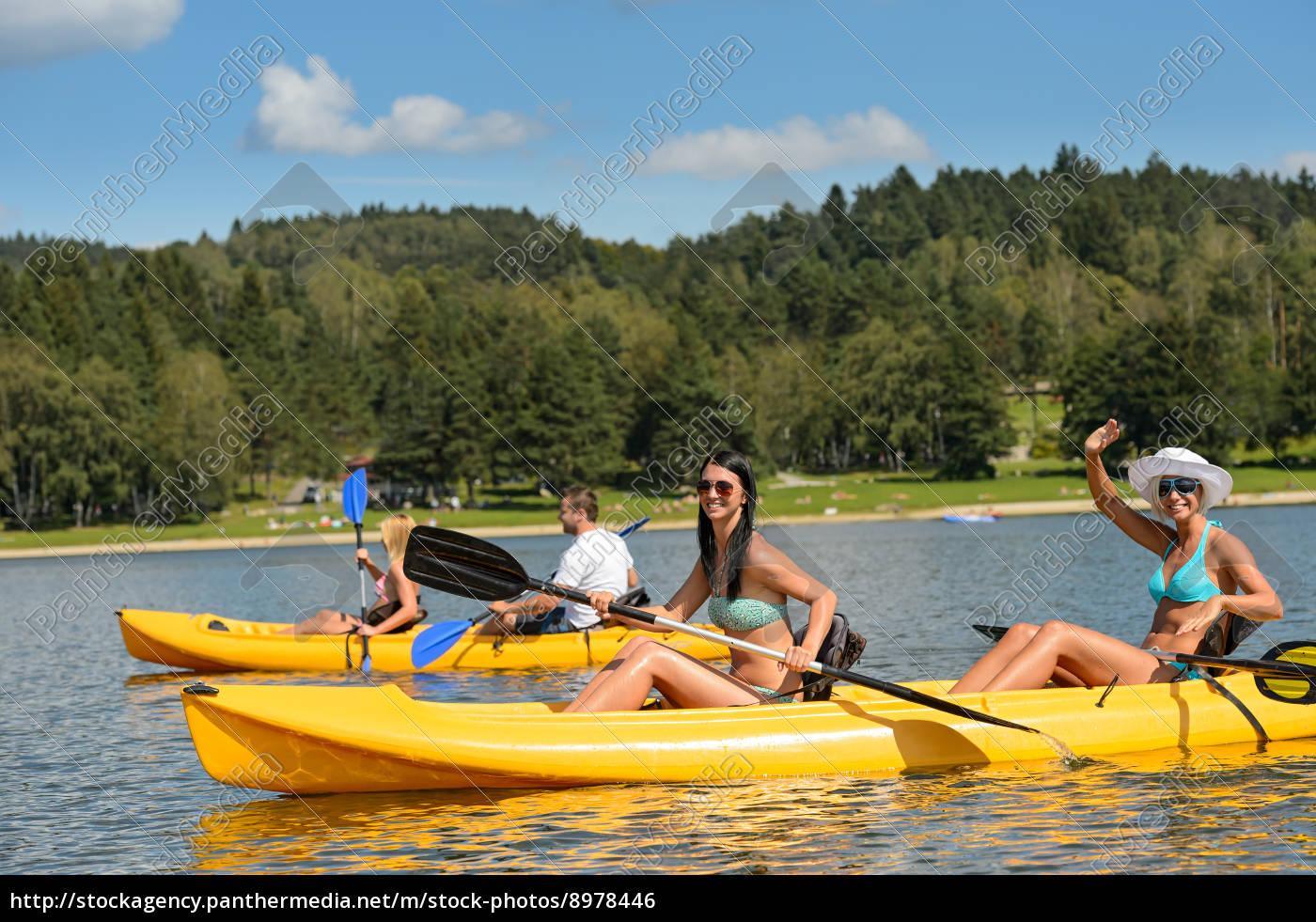 jóvenes, tomando, el, sol, en, kayak - 8978446